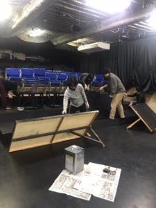 シアターねこの舞台床、黒く塗り直しました!